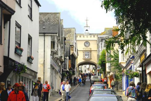 Totnes high street only 20 miles from the dartmoor holiday cottage